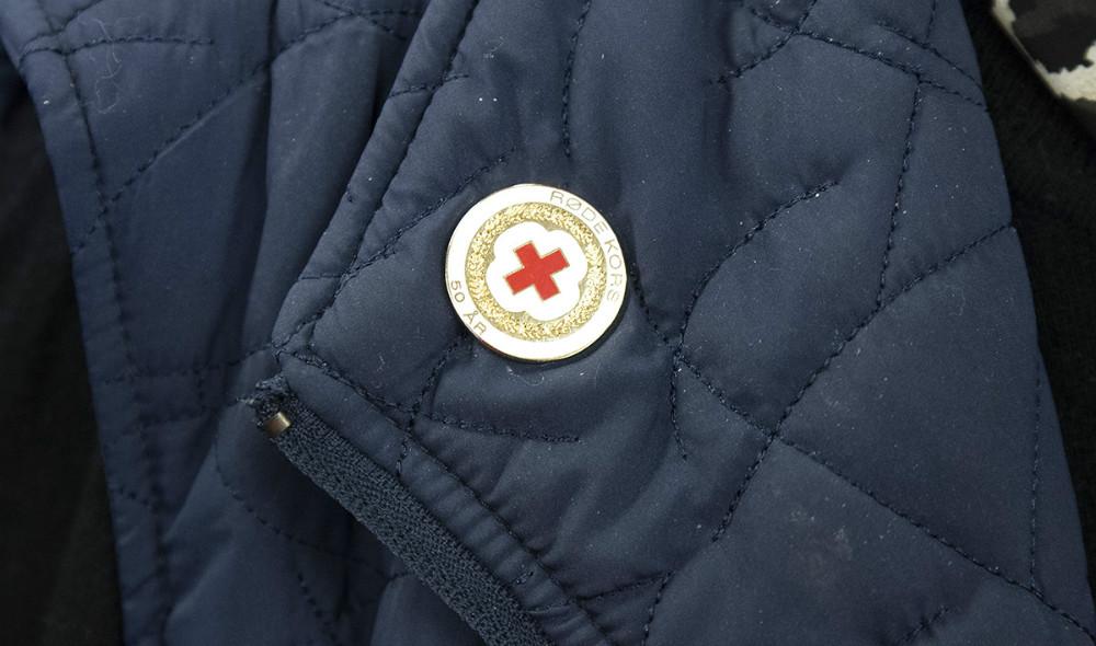 Herdis Rasmussen er tildelt 50-års nålen fra Røde Kors. Foto: Jens Nielsen
