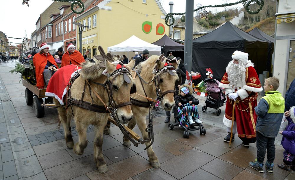 Der var både hestevogn og julemand i Kordilgade lørdag formiddag. Foto: Jens Nielsen
