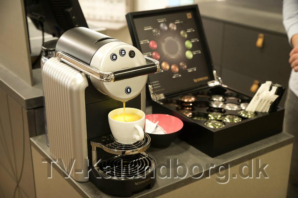 Kunderne kan vælge mellem flere forskellige typer kaffe. Foto: Jens Nielsen