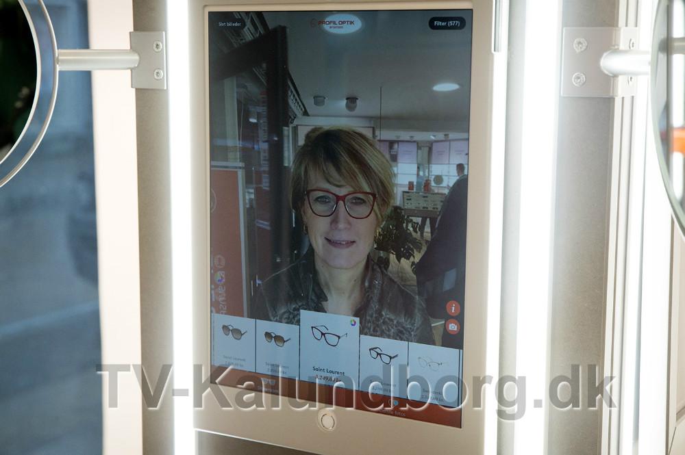 Vi er de første i Danmark, der kan introducere 'Stylelab', som er en helt ny måde at prøve briller på, siger butikschef Lonnie Bjørklund. Foto: Jens Nielsen