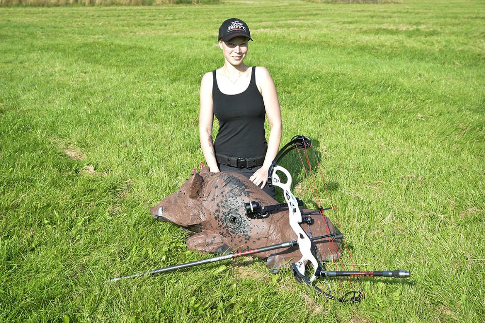 Pernille Olsen med et af de dyr der skydes efter, her en gris. Foto: Jens Nielsen