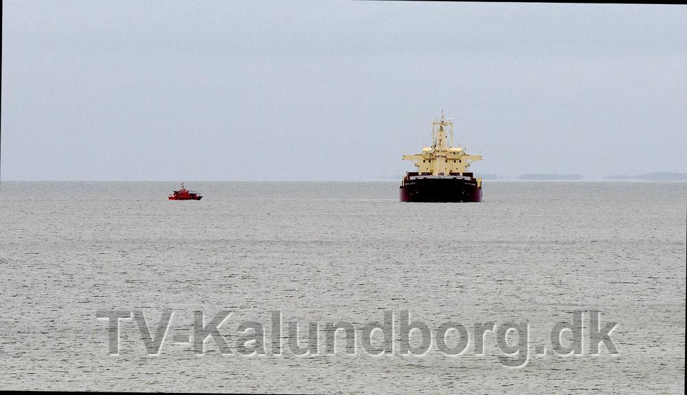 Maestro Diamond har kastet anker ud for Røsnæs Hotel, nu skal dykkere undersøge bunden på skibet. Foto: Jens Nielsen