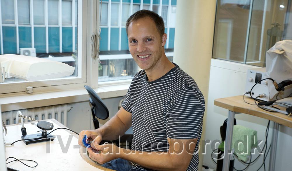 Clyde Liisborg Johnsen i sin nye klinik CJ Orto-teknik i Kalundborg, hvor han laver bøjler til børn og unge. Foto: Jens Nielsen.