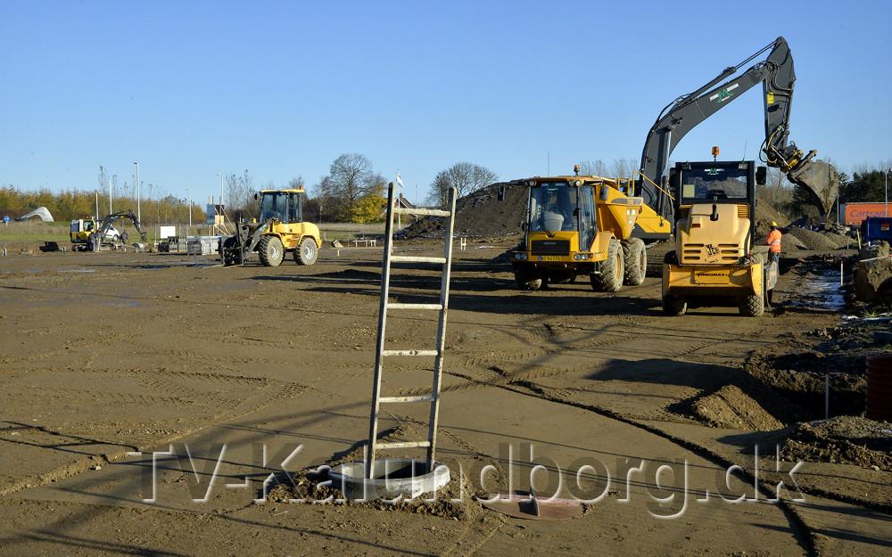 De store entreprønørmaskiner er i gang med jordarbejdet til2800 kvm erhvervsbyggeri i Rendsbordparken. Foto: Jens Nielsen