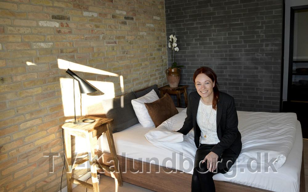 Charlotte Junge i et af de flotte værelser. Foto: Jens Nieslen