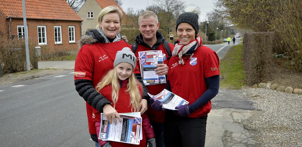 TGU medlemmer stemte dørklokker lørdag formiddag, her er det Elin Mortensen, Thomas Nielsen, Trine Grue Werth og Amanda. Foto: Jens Nielsen