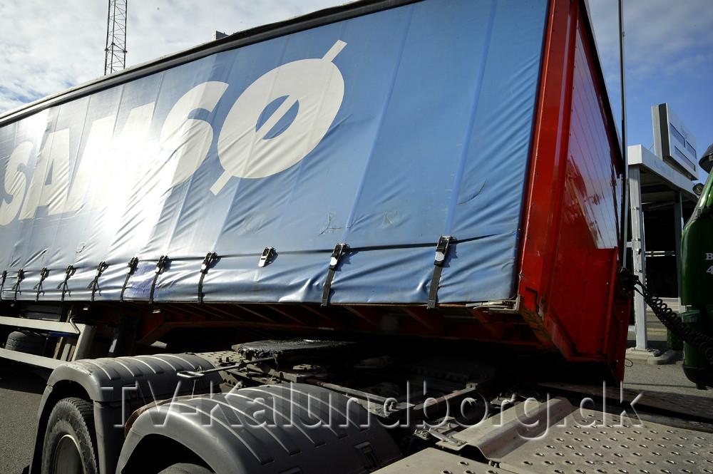 En trailer lastet med løg hoppede af selve lastbiltrækkeren. Foto: Jens Nielsen