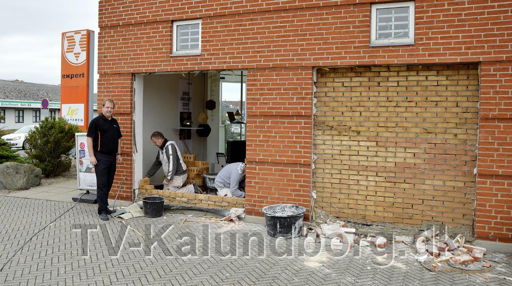 Jesper Thomsen fra Expert ser til mens murerne arbejder med at lukke vinduerne. Foto: Jens Nieslen
