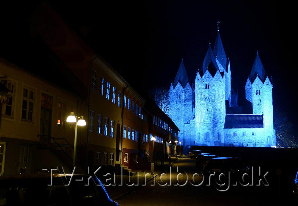 Vor Frue Kirke oplyses med blåt lys. Foto: Jens Nielsen