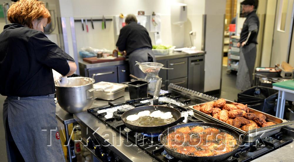 Der er gang i køkkenet med mad ud af huset. Foto: Jens Nielsen