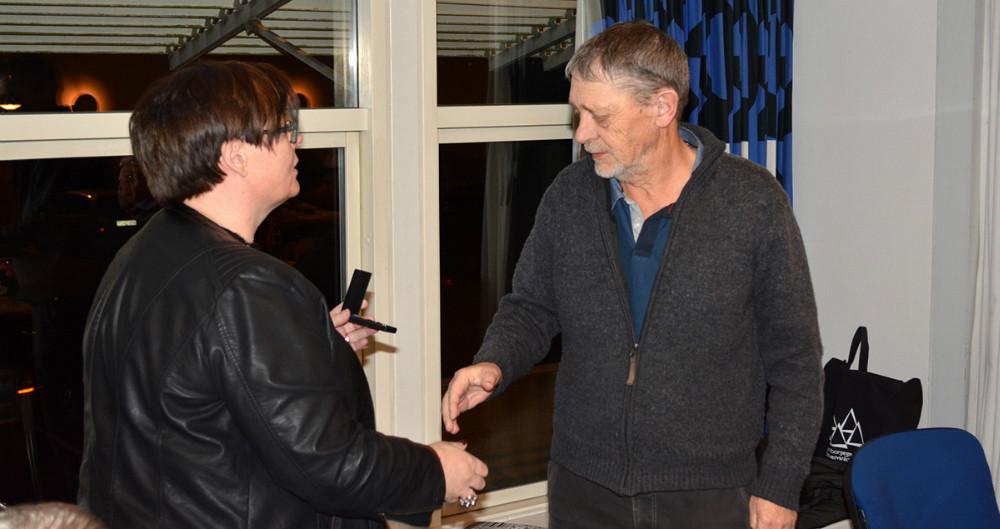Kurt Grinderslev blev udnævnt til æresmedlem af RGI, her får han overraktRGI æresmedlems emblem af formand Gitte Nordbo Keller. Privatfoto