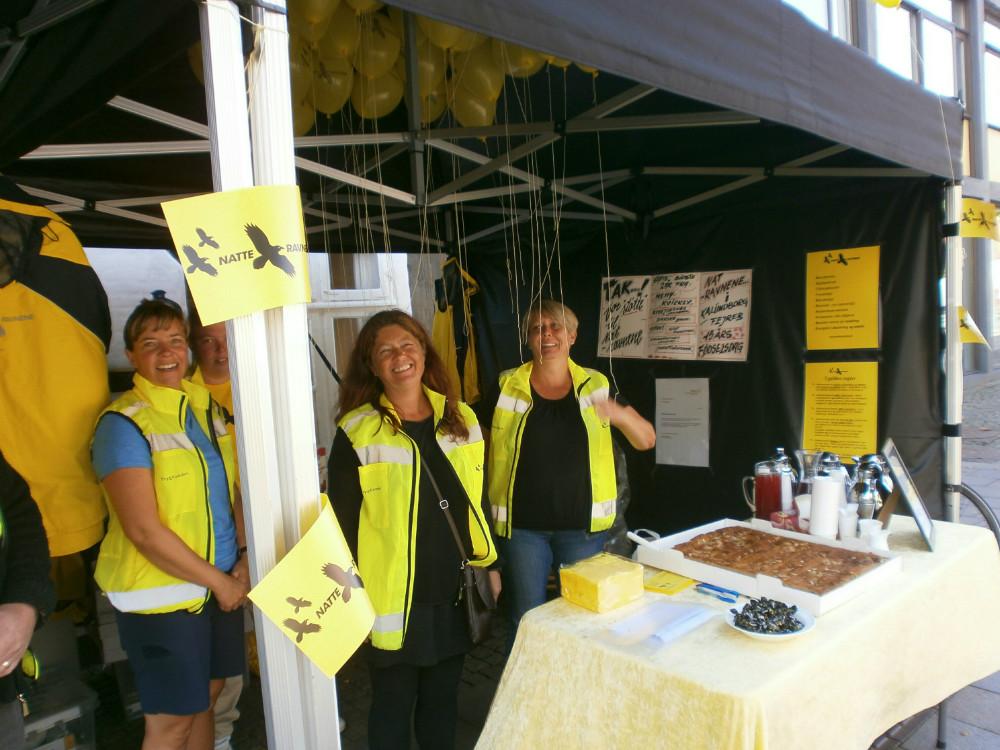 Meny i Kalundborg havde bagt og sponsoreret kage til Natteravnene i Kalundborg, da de var på Sundhedsmesse.