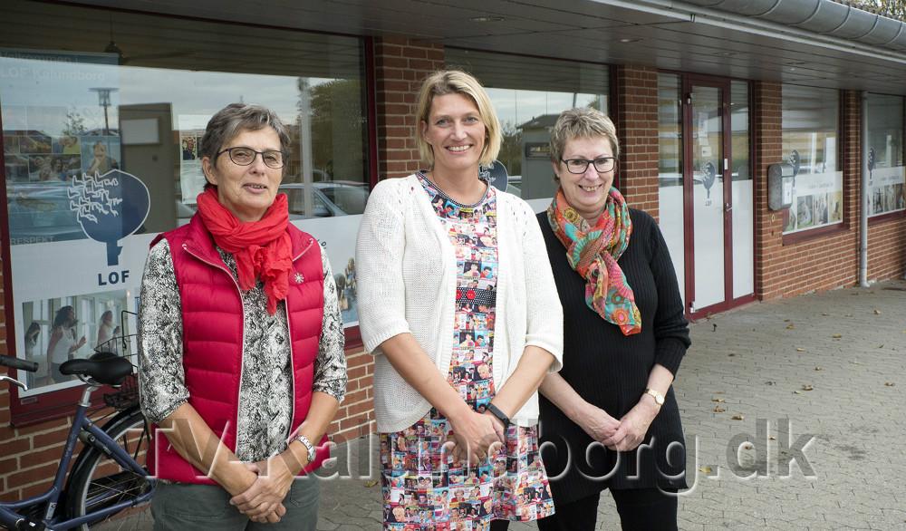 Fra venstre, bestyrelsesformand Bente Andersen, skoleleder Karina Vincentz og kontormedarbejder Eva Huniche, foran de nye lokaler. Foto: Jens Nielsen