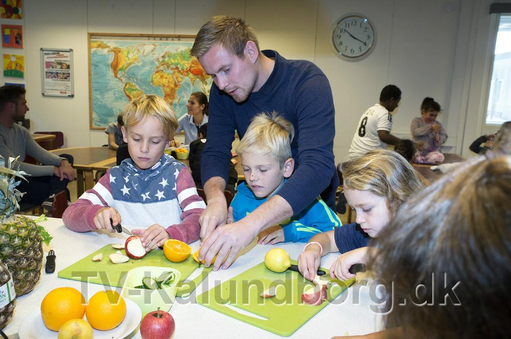 Peter Mejnertsen fra Mejnerts Mølle hjælper med at skære frugt ud. Foto: Jens Nielsen