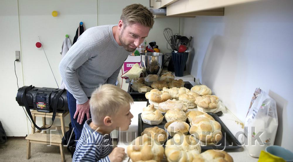 Bagermester Per Bangert studerer elevernes brød. Foto: Jens Nielsen