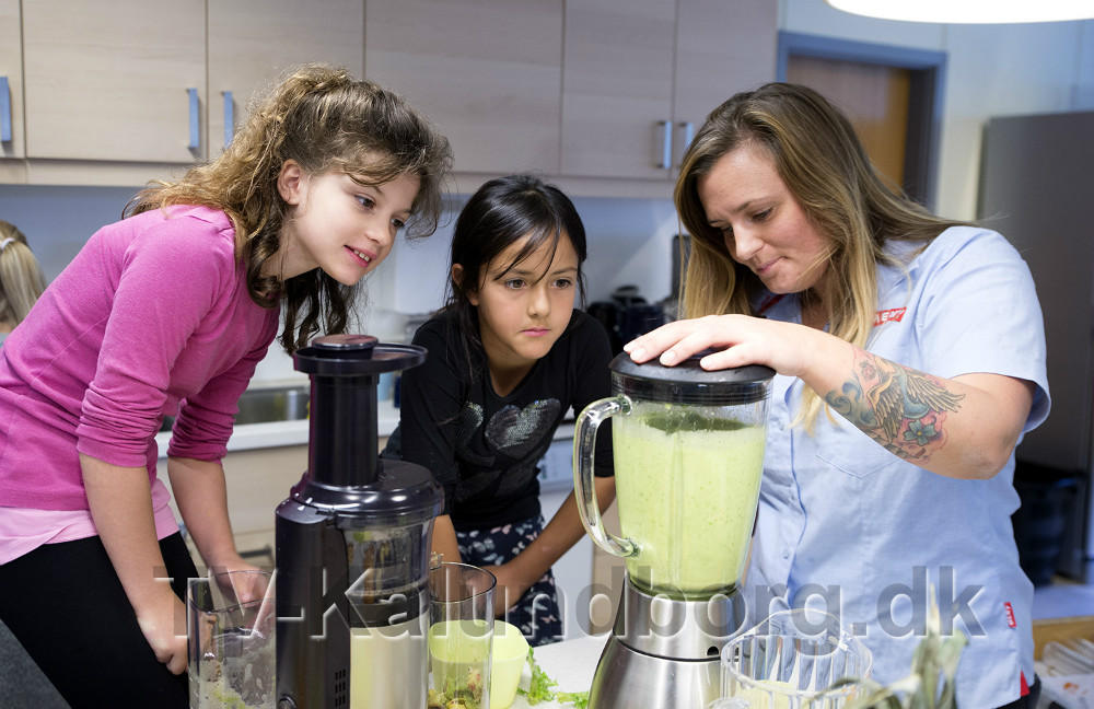 Madblogger Stine Rønnow fremstiller frisk juice mens eleverne ser på. Foto: Jens Nielsen