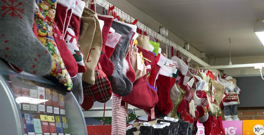 Hele 205 julesokker hænger i Raklev Brugs. Foto: Jens Nielsen