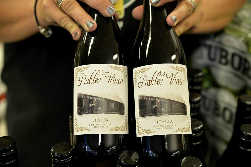 Kunderne kan bl.a. smage påm Raklev Vinen. Foto: Jens Nielsen