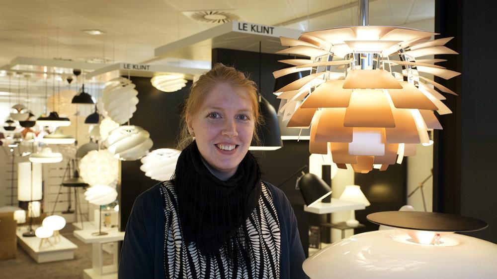 Sofie Eggert Hass Kristoffersen med butikkens dyreste lampe, en ´kogle´ til godt 50.000 kr. Foto: Jens Nielsen