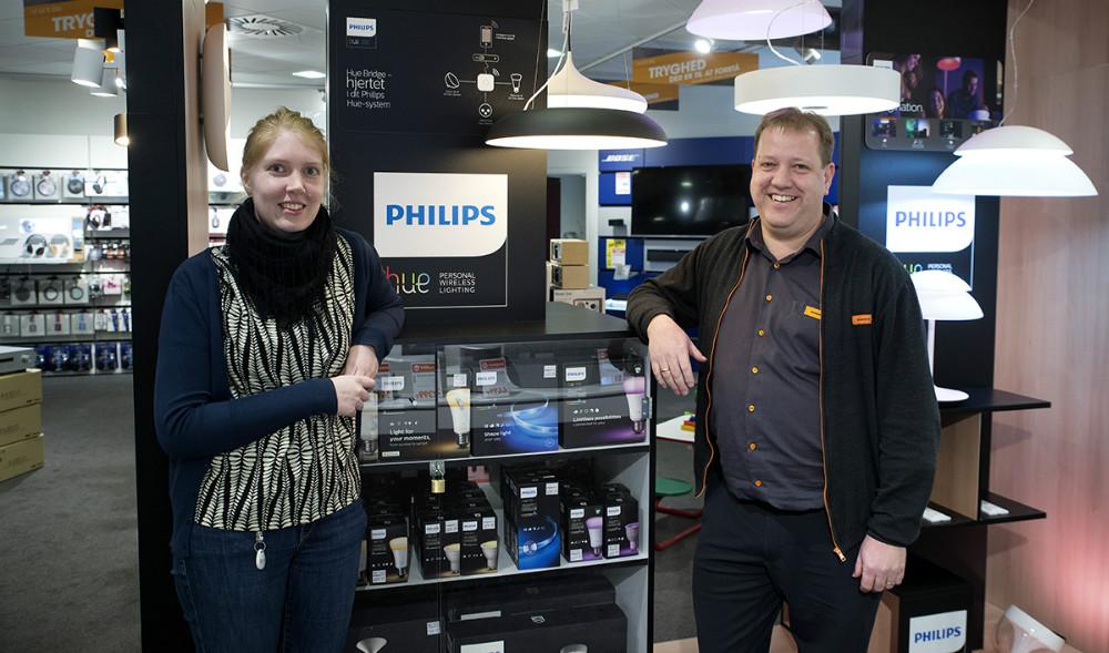 Sofie Eggert Hass Kristoffersen sammen med Jesper Thomsen, foran væggen med det nye Philips Hue system. Foto: Jens Nielsen