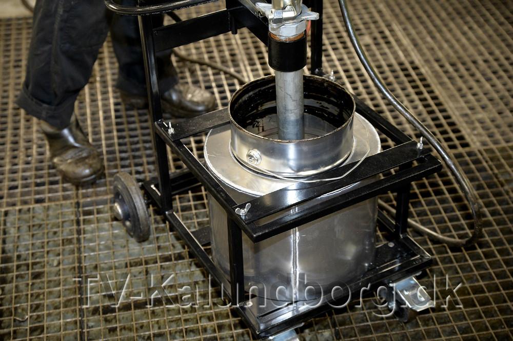 Produktet bliver varmet op inden det sprøjtes på. Foto: Jens Nielsen