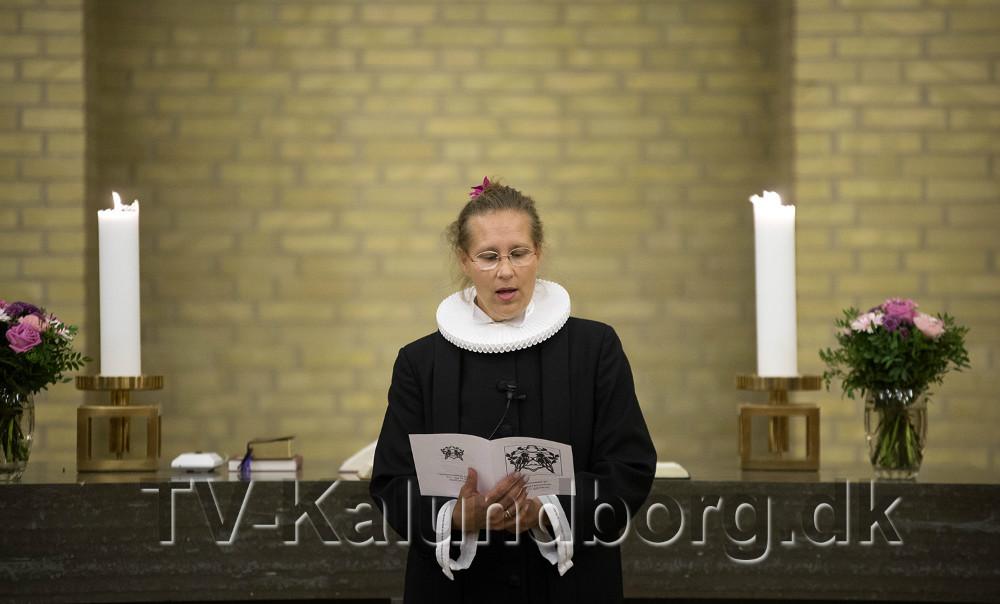 Sognepræst ved Raklev Kirke, Lisbeth Dyxenburg stod for den stemningsfulde gudstjeneste i Nyvangskirken. Foto: Jens Nielsen