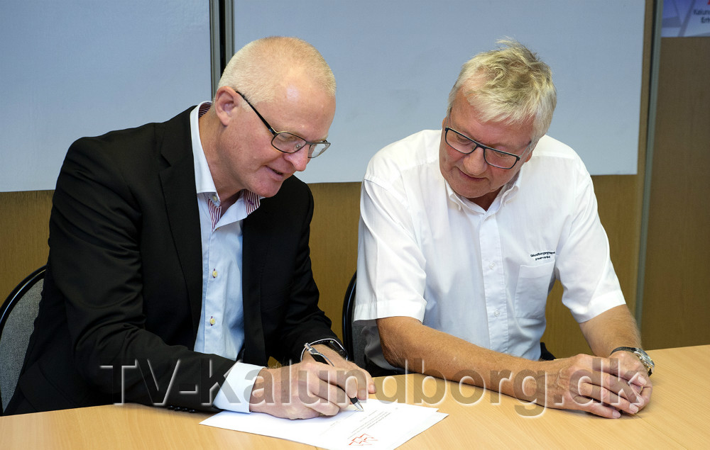 Kontrakten underskrives mens bestyrelsesformand Ole Lauritzen ser til. Foto: Jens Nielsen