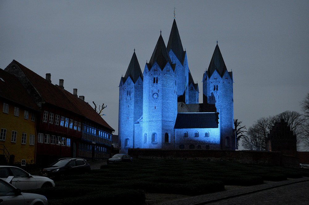 Vor Frue Kirke var belyst i blåt. Foto: Jens Nielsen