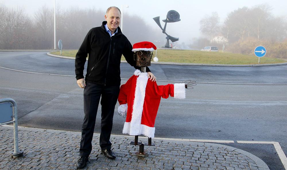 Borgmester Martin Damm sammen med Robert, der nu har fået både nissehue og kåbe på. Foto: Erik Johnsen