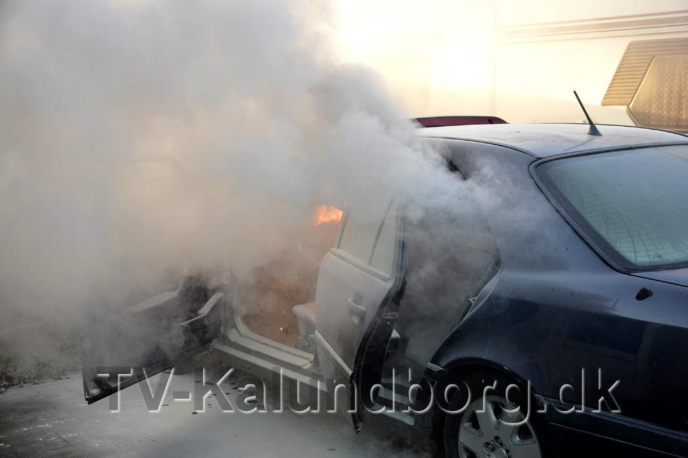 En Mercedes personbil gik op i flammer, onsdag eftermiddag, på Slagelsevej i Kalundborg. Foto: Jens Nielsen