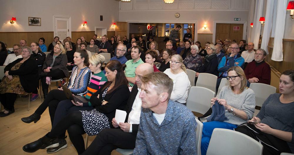 Omkring 100 deltagere var mødt op i forsamlingshuset. Foto: Jens Nielsen