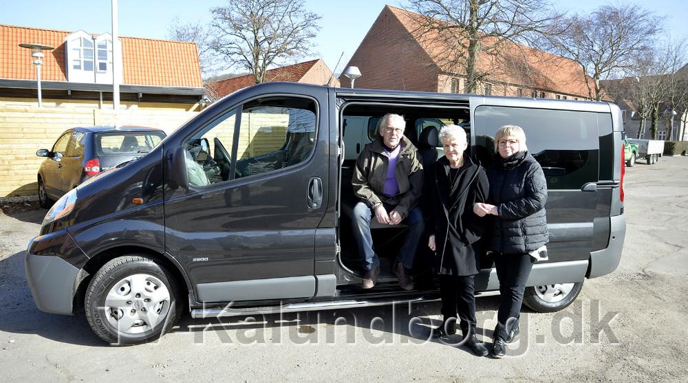 Johnny Jensen og Linda Jochumsen fra støtteforeningen, sammen medAnnette Hyldgaard, daglig leder,præsenterede krisecentrets nye bus. Foto: Jens Nielsen