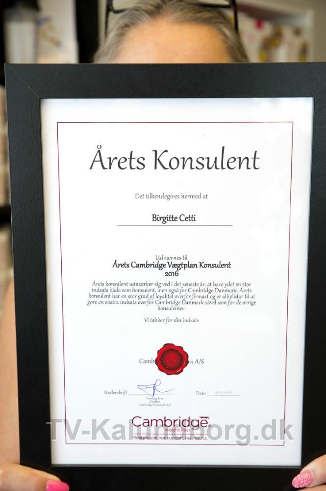 Birgitte Cetti, Kalundborg Helseklinik med beviset for at hun er Årets Konsulent. Foto: Jens Nielsen