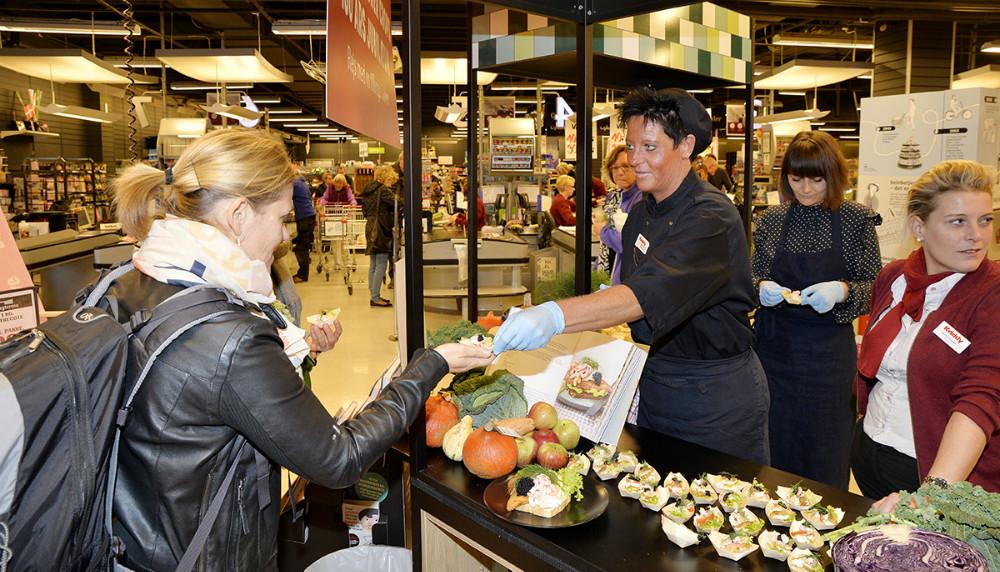 Kvickly kok Pia Eland delte stjerneskud ud til kunderne. Foto: Jens Nielsen