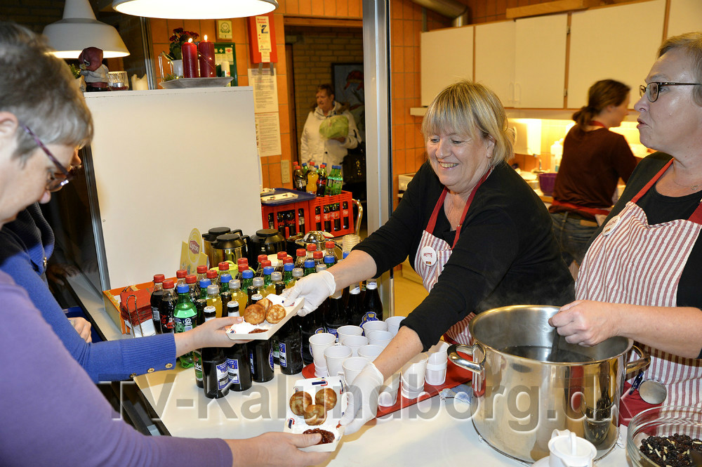 Medarbejderne er klar med gløgg og æbleskiver i cafeen. Foto: Jens Nielsen