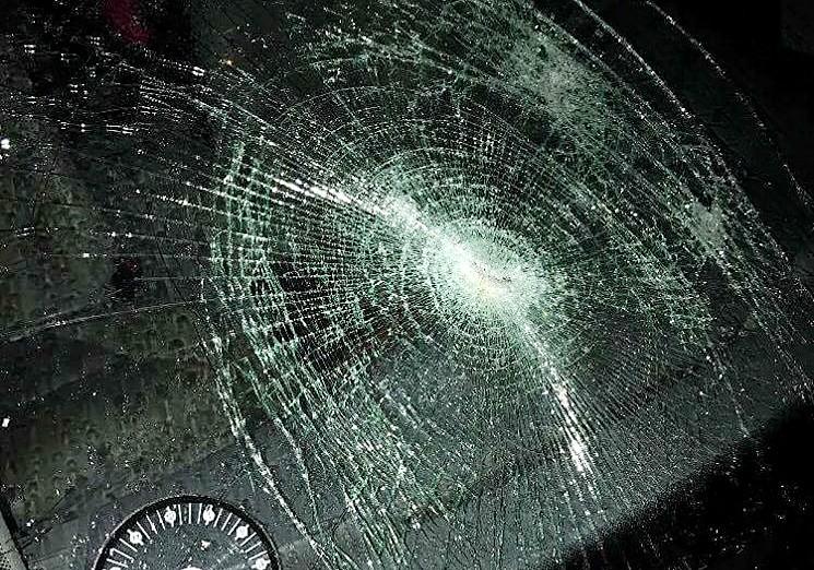 Bilen, der blev smadret ud foran Klosterparkvej 71 i går aftes mellem kl. 19 -20. Privatfoto
