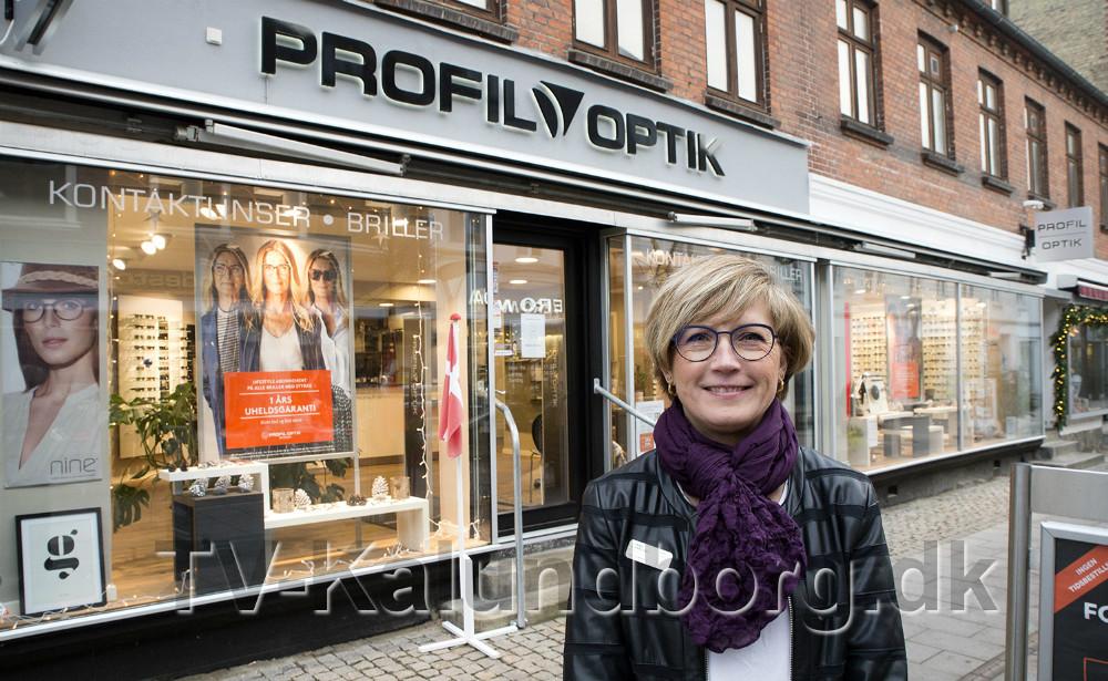 Butikschef Lonnie Bjørklund foran Profiloptik. Foto: Jens Nielsen
