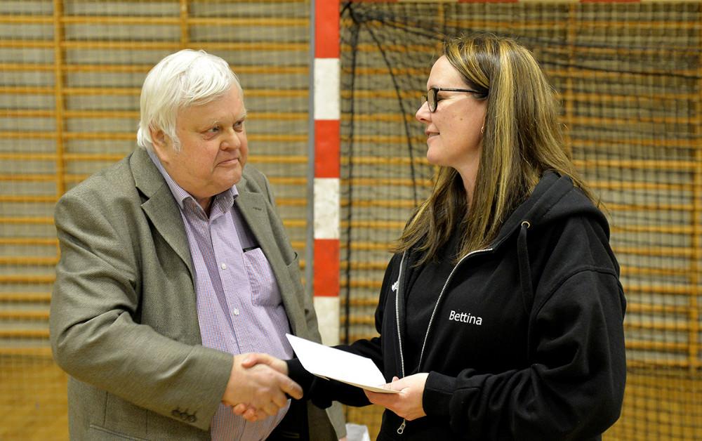 Poul Johan Jensen overrækker 10.000 til Bettina Dahl Eriksen. Foto: Jens Nielsen