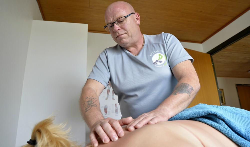 Kim Kastanny i gang med en behandling. Foto: Jens Nielsen