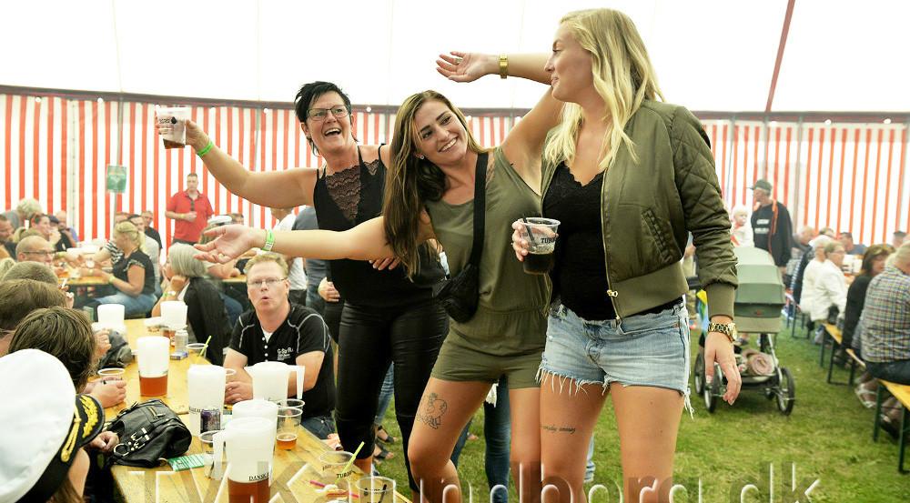 Der plejer at være at være rigtig god stemning i det store telt på festpladsen. Foto: Jens Nielsen