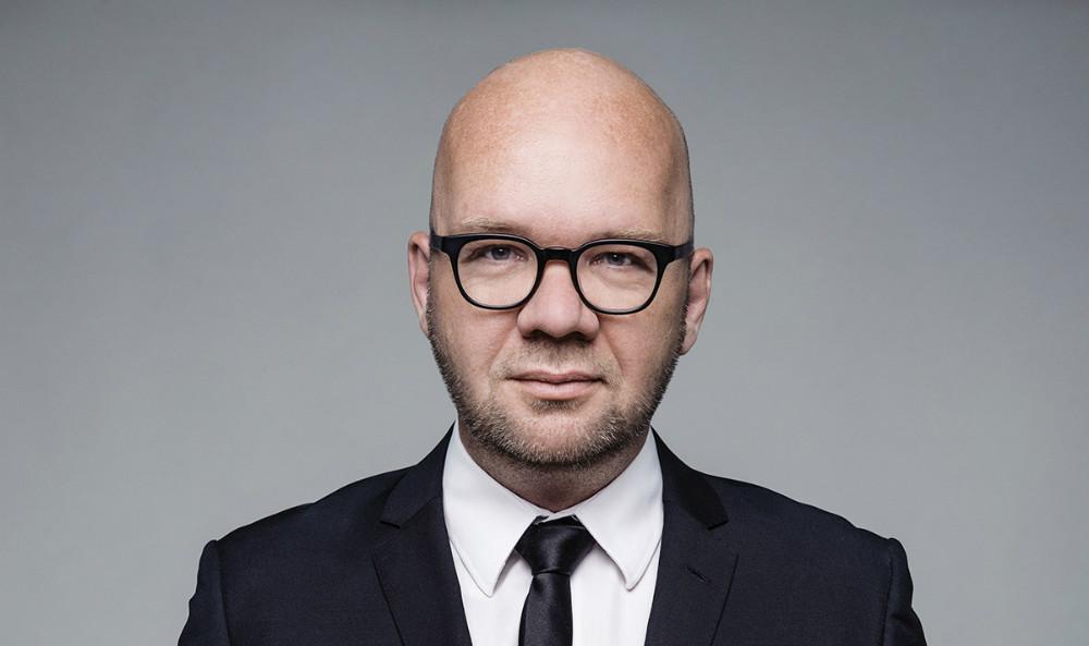 Lars Hjortshøj underholder fredag.
