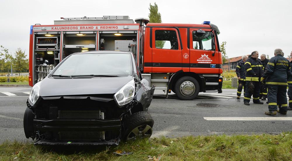 Mandskab fra Vestsjællands Brandvæsen måtte klippe døren af en personbil for at få føreren ud. Foto: Jens Nielsen