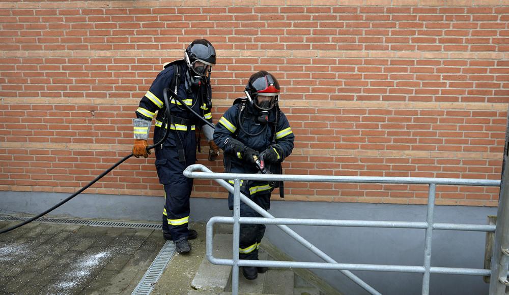 Røgdykkerne klar til at rykke ind i kælderen. Foto: Jens Nielsen