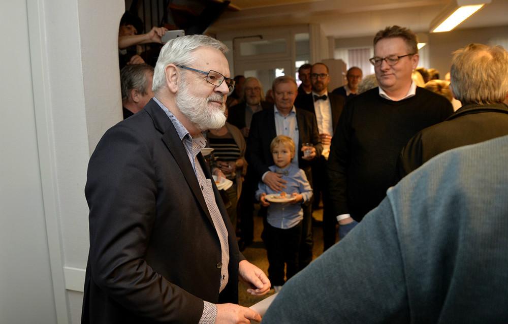 Torben Dalby Larsen administrerende direktør og chefredaktør for Sjællandske Medier A/S talte til jubilaren. Foto: Jens Nielsen