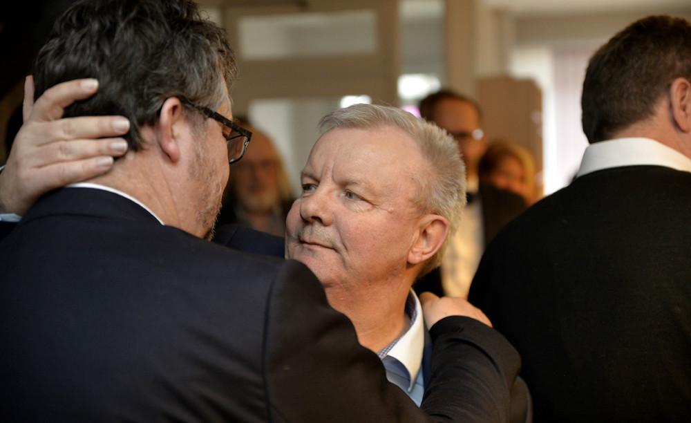 Bjarne Robdrup sagde tak for talen til lokalredaktør Jakob Erhardt Pedersen. Foto: Jens Nielsen