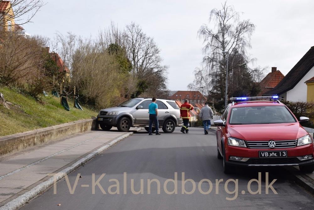 En bil kørte af sig selv ud af indkørslen ved et hus på Valentin Jensensvej i Kalundborg her i formiddag og gik derefter kortvarig i brand. Foto: Gitte Korsgaard