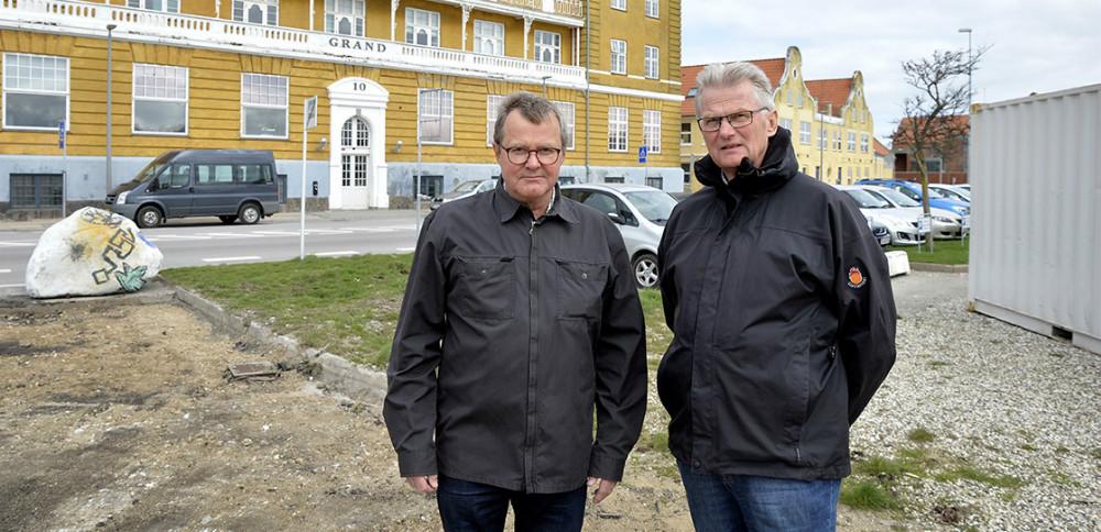 Jens og Erik Ebdrup, ejere af Grand Ejendomme, er langt fra tilfreds med kommunens håndtering af parkeringsforholdene i den ny Havnepark. Foto: Jens Nielsen