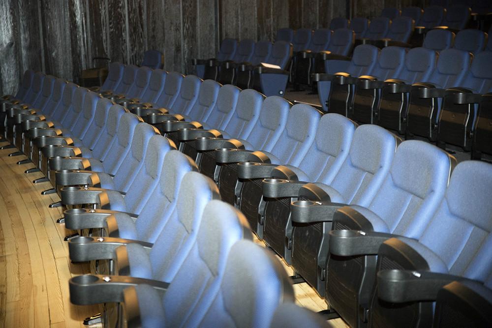 Så er de nye stole på plads i Kino Den Blå Engel. Foto: Jens Nielsen