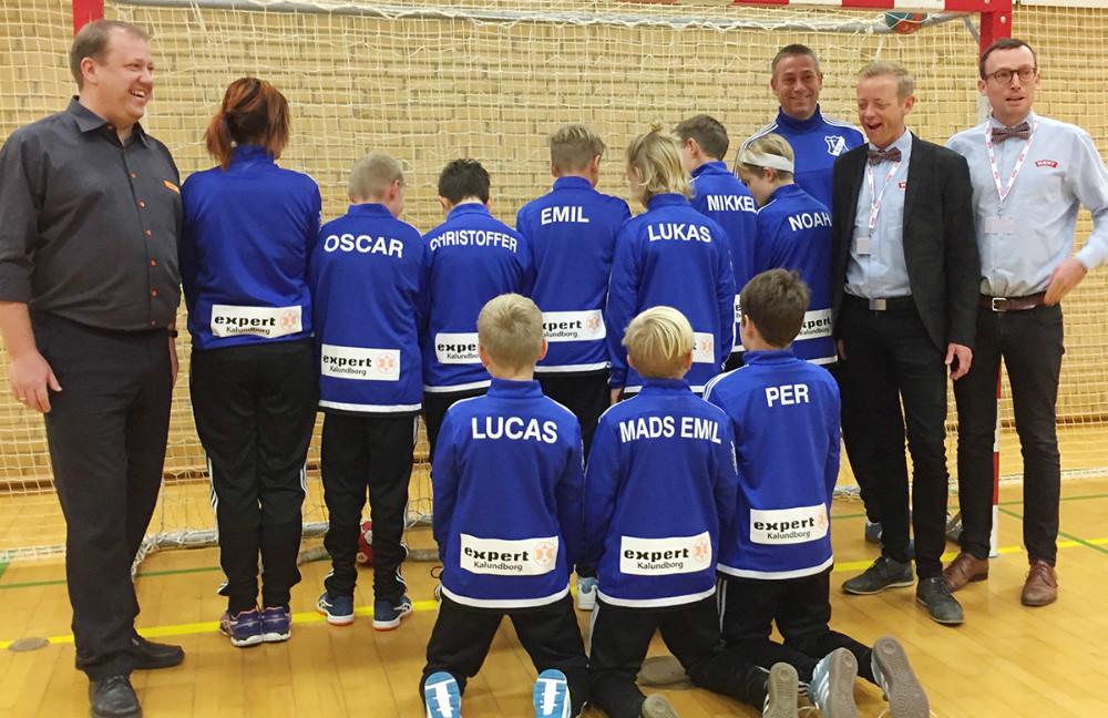 U12 håndbold drengene fra RGI i deres nye dragter, her sammen med trænere og sponsorer. Privatfoto