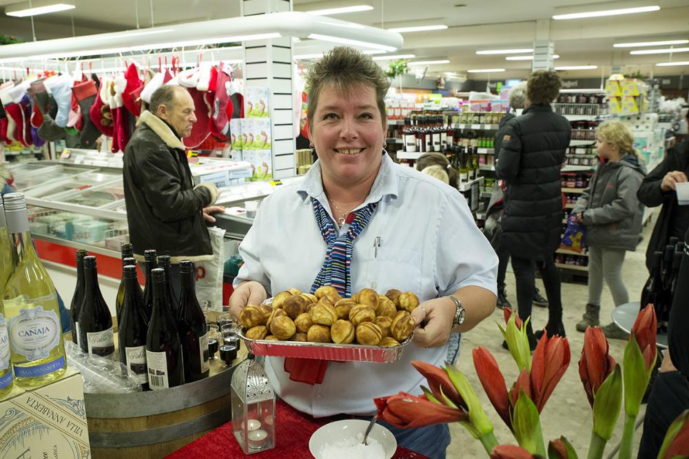 Kirsten Halskov Andersen klar med æbleskiverne. Foto: Jens Nielsen